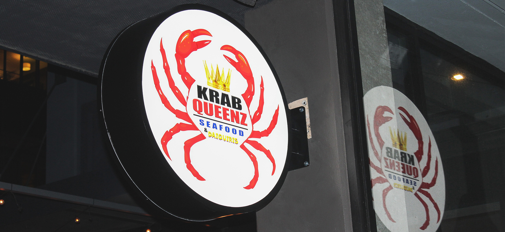 Krab Queenz led light box in a round shape and wall-blade style made of acrylic and aluminum