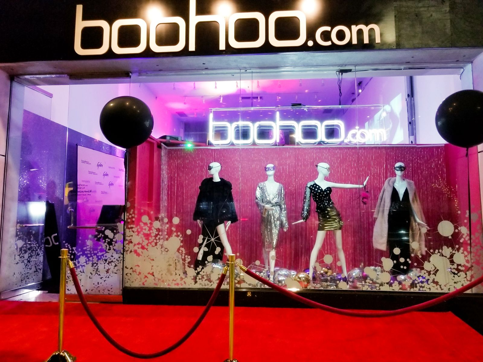 Boohoo.com 3d sign on a black background and in an elegant style made of acrylic and aluminum for clothing store branding