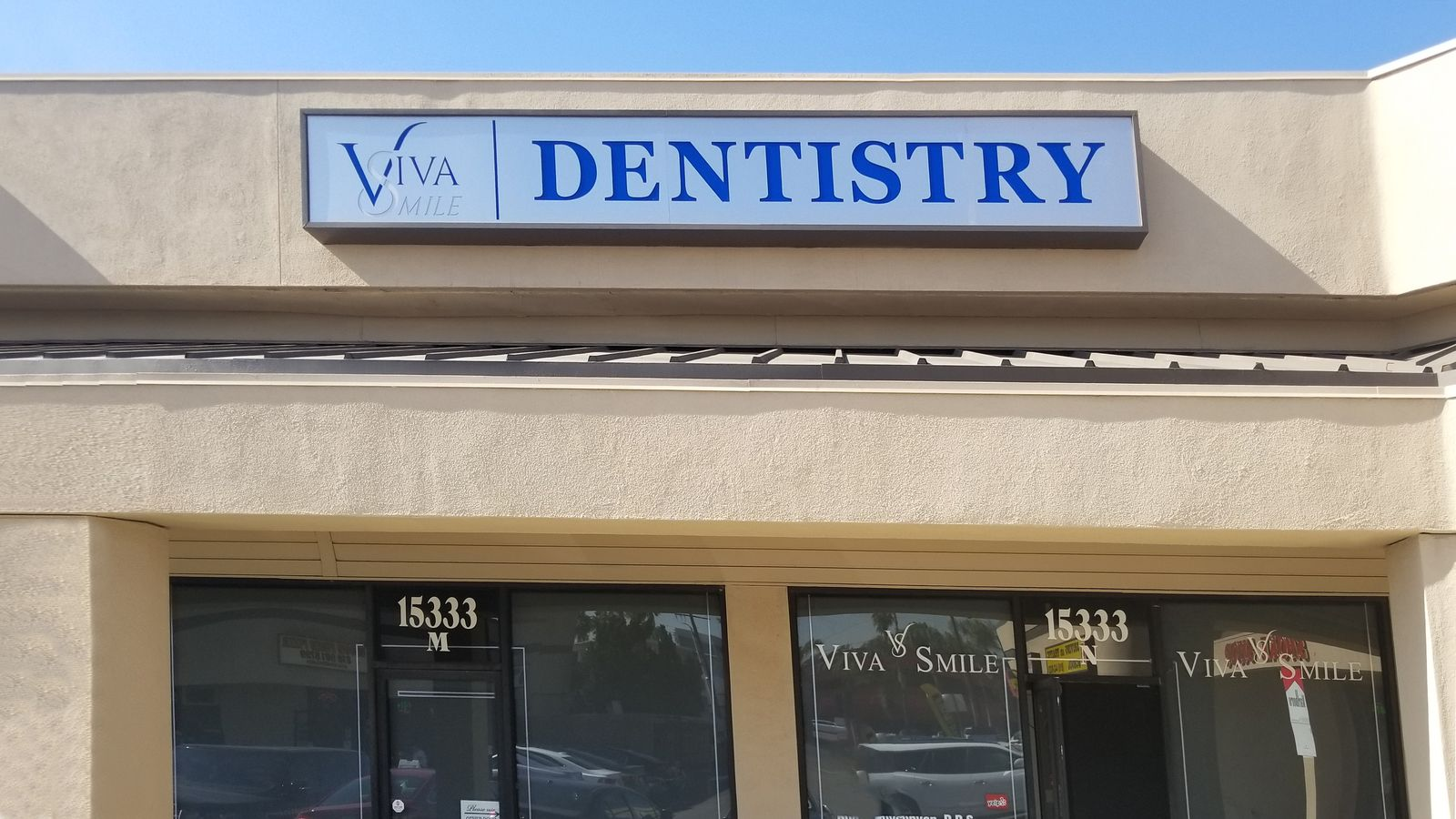 Viva Smile exterior light box with the name and logo of the company made of acrylic and aluminum for dentistry branding