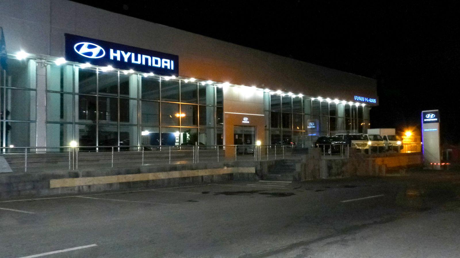 hyundai storefront signs