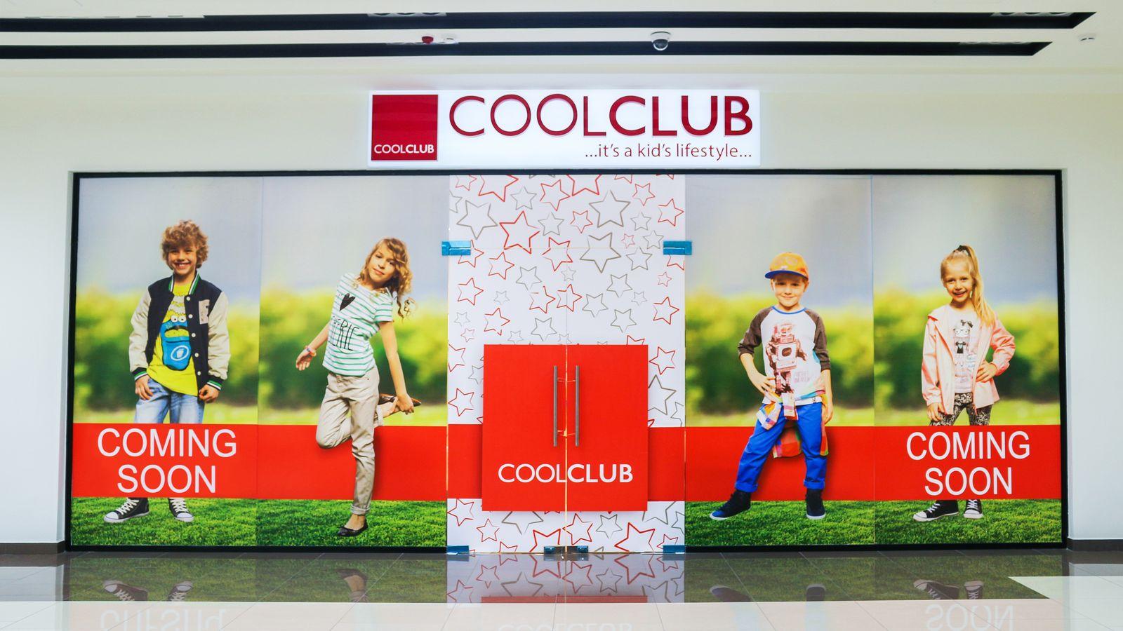 Cool Club light-up 3d sign letters made of acrylic and aluminum for clothing store branding inside a shopping mall