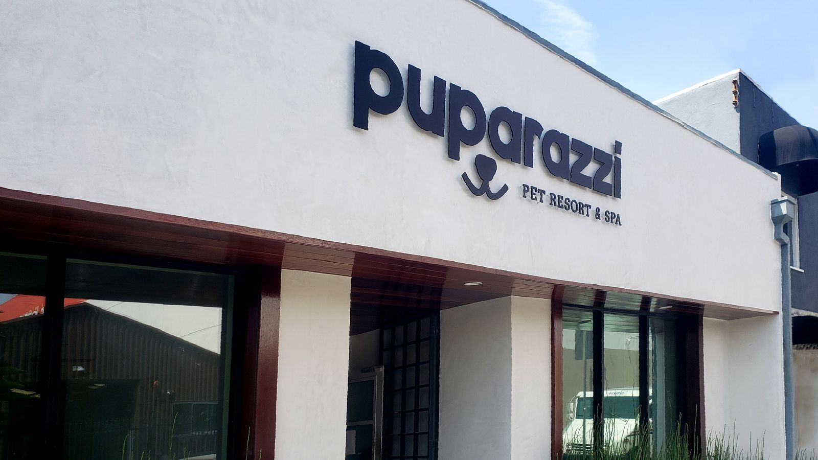 Puparazzi Pet Resort & Spa 3d metal letters and logo sign made of aluminum and pin-mounted