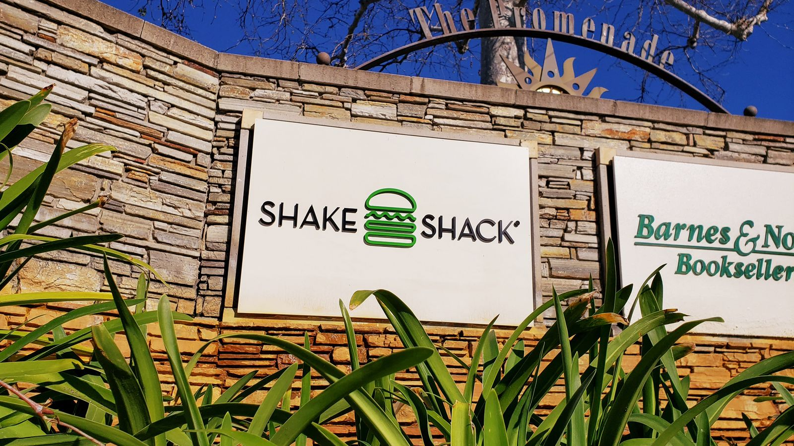 Shake Shack 3d acrylic letters and logo sign in a hamburger shape painted in black and green colors for outdoor branding