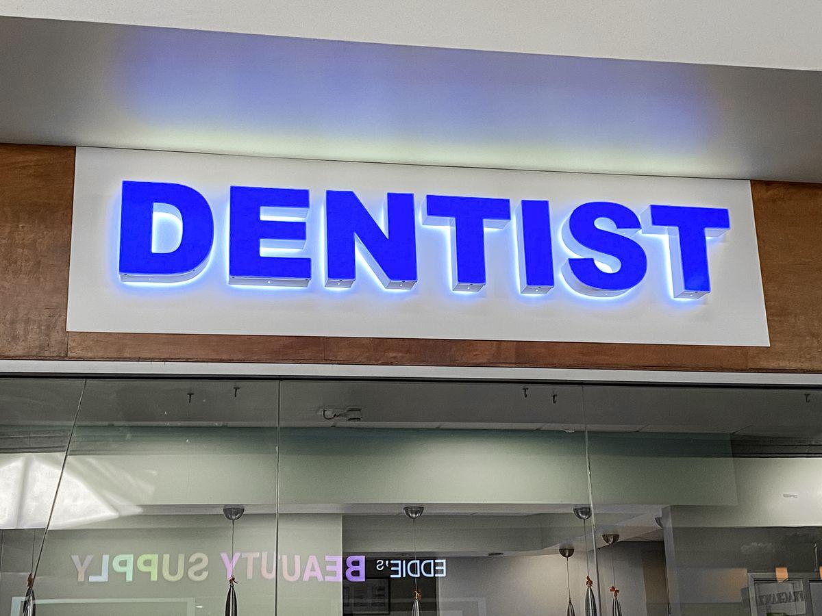 Dentist backlit sign