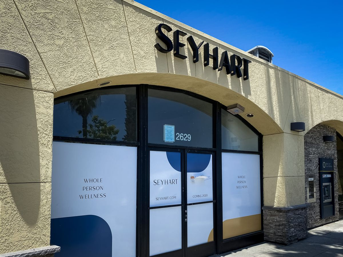 Seyhart 3d sign letters in black color displaying the company name made of aluminum and acrylic for storefront branding