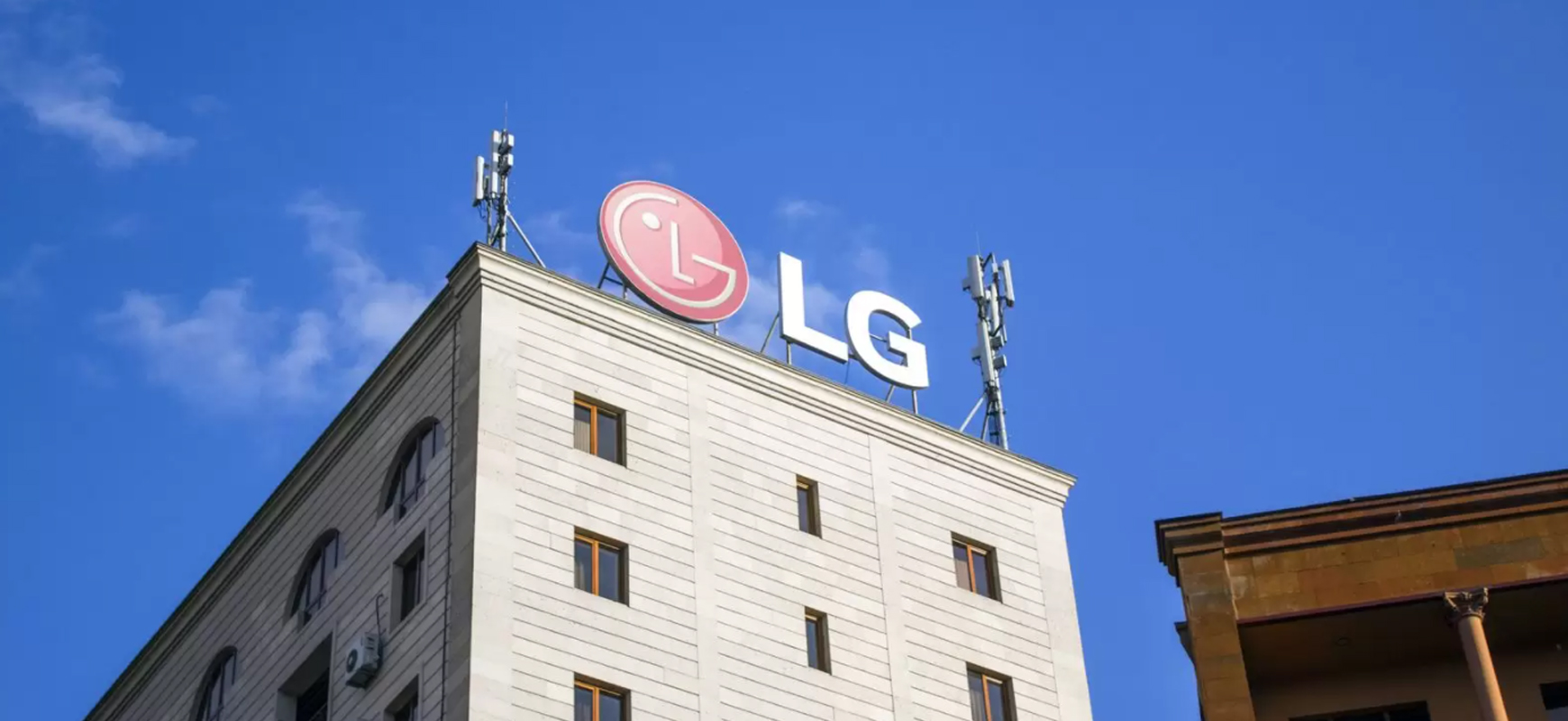 LG rooftop sign in a big size displaying the brand name and logo made of aluminum