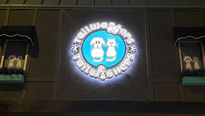 Tailwashers outdoor light box sign in a round shape made of aluminum and acrylic