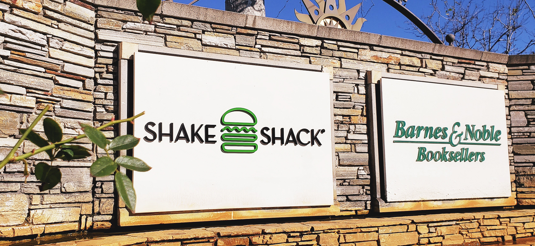 Shake Shack architectural monument sign made of acrylic for exterior branding