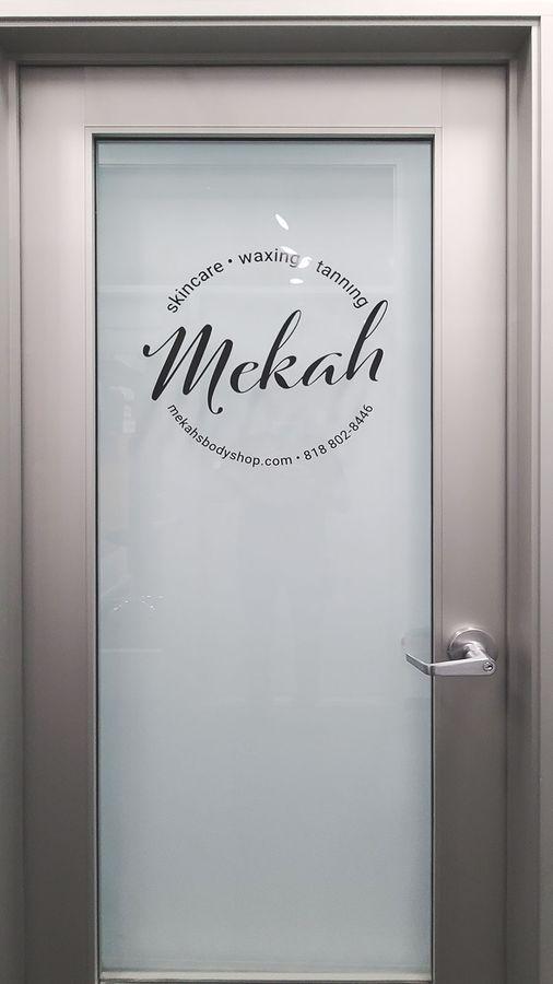 Mekah door vinyl lettering