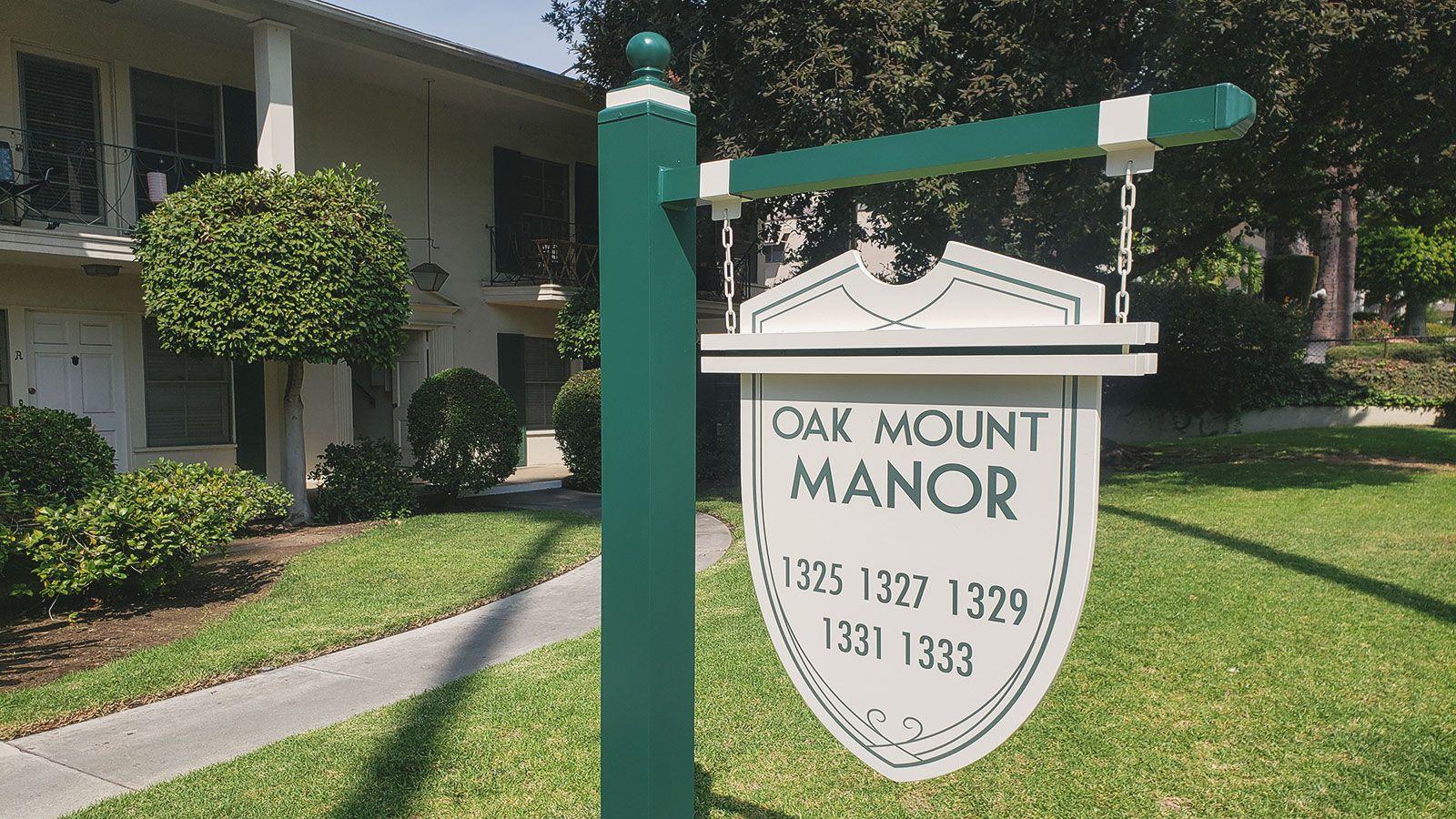 Oak mount manor outdoor sign
